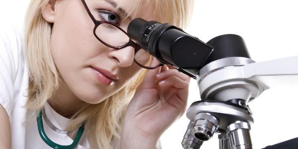 учен с микроскоп